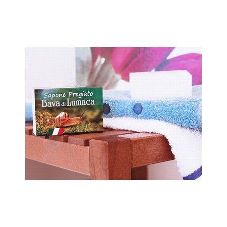 Sapone pregiato alla bava di lumaca Questo sapone vi permetterà di regalare alla vostra pelle un vero e proprio trattamento di bellezza la bava di lumaca, infatti, nutre e rigenera la cute, contribuendo all'eliminazione di inestetismi e rossori, rendendo la pelle più bella ed elastica. Questo sapone è al 100% vegetale: oltre al collagene della bava di lumaca, si avvale delle proprietà dell'olio di cocco e di oliva, che daranno luminosità e morbidezza alla pelle, rendendola sempre giovane e…
