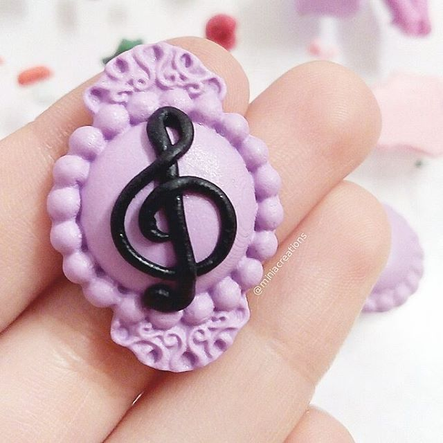 🎼🎶🎵 ° • ° • #music #trebleclef #cheiasol #handmade #polymerclay #purple #black #brooch #polymer #clay #pin #handcraft #craft #baroque #classic