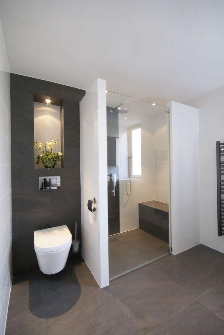 Afscheiding toilet en douche. Donkere achterwand toilet