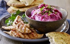 Rødbede Tzatziki En ny måde at lave tzatziki på. Den smager dejligt som tilbehør til godt brød, frikadeller eller kylling.