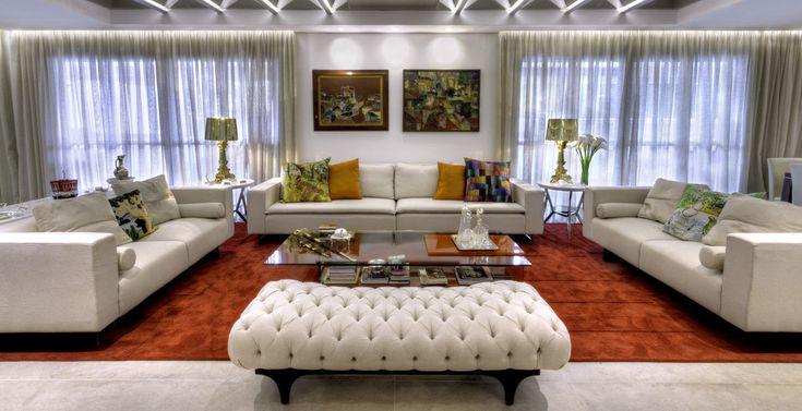 Projeto de decoração luxuoso! Os móveis brancos contrastam com as cores dos objetos decorativos.   Projeto: Au Arquitetura Design