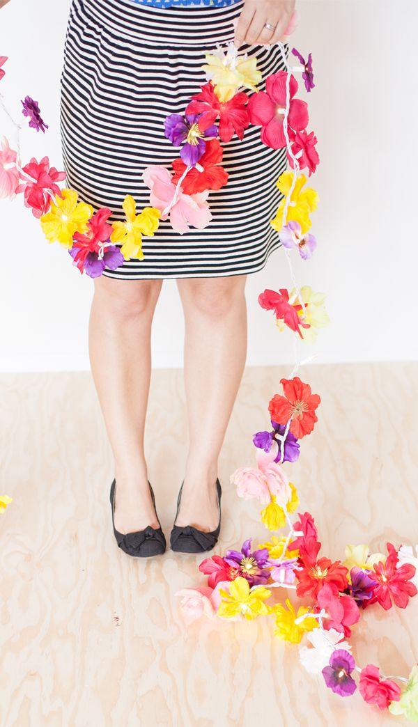 Cómo hacer una guirnalda de flores con unas tiras de leds y unas flores de un collar hawaiano. #manualidades
