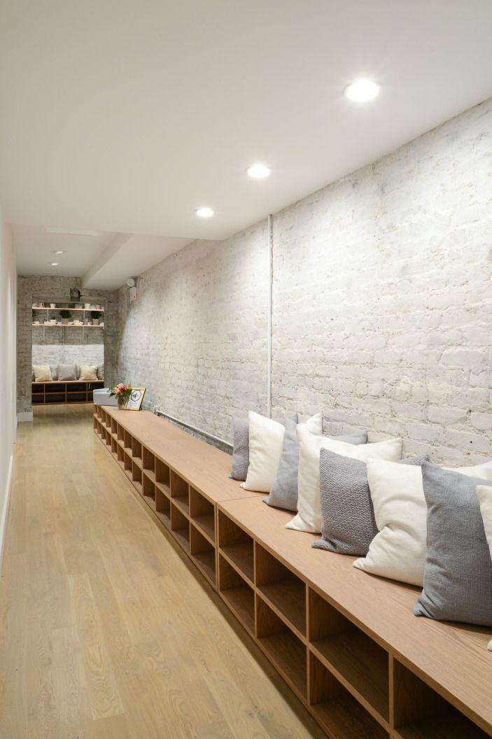 Para la zona de entrada: zona para sentarse y quitarse las zapatillas. Con estanteria de madera a modo de banco y cojines.