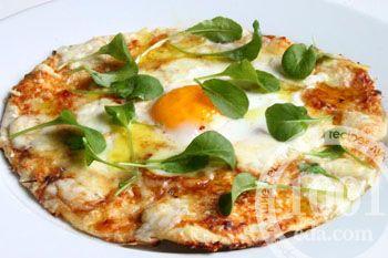 Пицца на завтрак с глазуньей