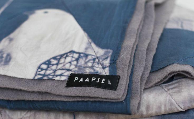 PAAPJE deken lilagrijs, plantaardig geverfde wol gecombineerd met handbedrukte zijde. afm. circa 1.90x1.10 mtr. €350,-