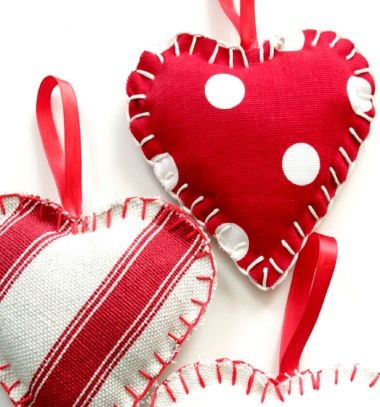 Easy DIY fabric heart - Valentine's day decor (free sewing pattern) // Egyszerű textil szívecske dísz ( szív dísz szabásmintával ) // Mindy - craft tutorial collection // #crafts #DIY #craftTutorial #tutorial