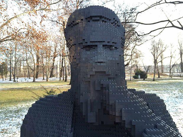 Lego reconstruit des statues volées dans un parc de Budapest