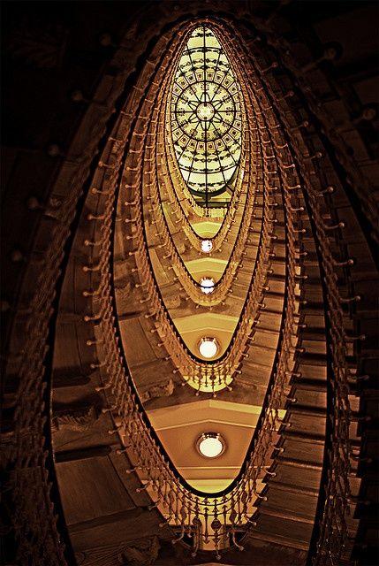 Majestuosa escalera oval y vidriera de la cúpula de este histórico Palacio de finales del siglo XIX, Génova, Italia