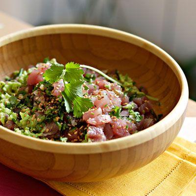 Tartare de thon • 500 g de thon rouge très frais • 2 avocats • 3 oignons blancs • ½ bouquet de coriandre • 1 citron • 2 cuil. à soupe d'huile d'olive • 2 cuil. à soupe de graines de sésame • 1 pincée de piment chili • sel