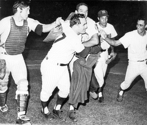 Ray Fosse, Gustavo Gil, Gonzalo Márquez y Jesús Aristimuño celebran con el mánager cubano Carlos Patato Pascual la victoria del Magallanes en la Serie del Caribe de 1970.