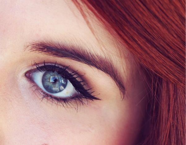 De feestdagen naderen met rasse schreden, tijd om aan je feestlooks te denken. Wij gaan even back to basics en leggen de meest elementaire -doch vaak miskende- make-up technieken uit. Deze week: de eyeliner!