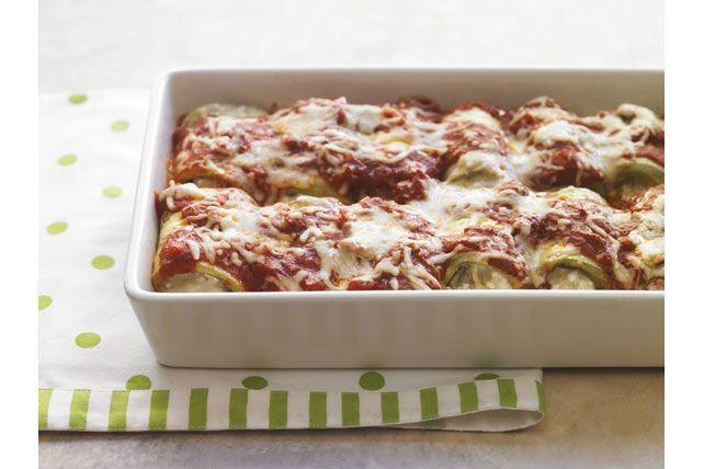 Ce mets italien est composé de fines tranches d'aubergine, enroulées autour d'une garniture au fromage. Accompagnez ces roulades d'une salade verte et de pain croûté.