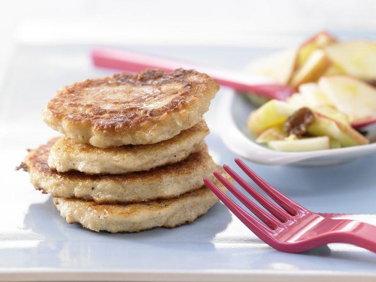 Süße Quarkpuffer mit Apfelsalat - 1 Erw. und 1 Kind (1–6 Jahre) - smarter - Kalorien: 505 Kcal - Zeit: 25 Min. | eatsmarter.de