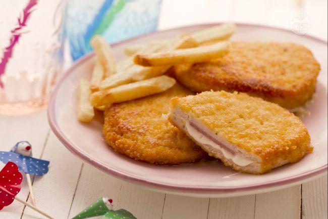 In Italia,  il Cordon bleu  si identifica più comunemente,  con una cotoletta di pollo o tacchino ripiena di prosciutto e formaggio.