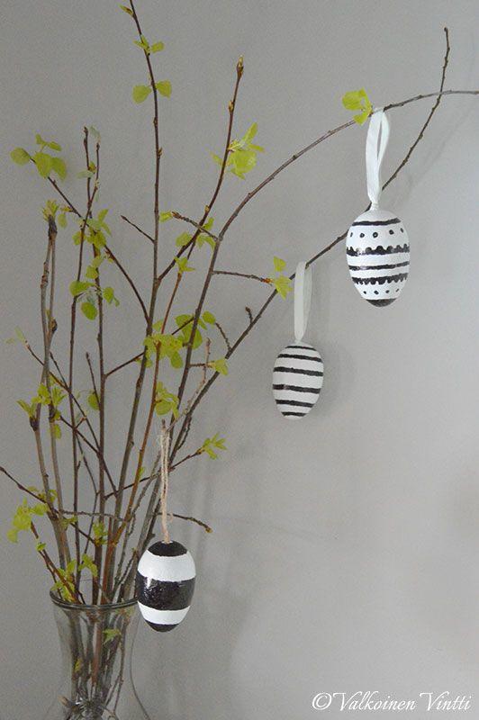 Pääsiäisen sisustuksessa DIY styroksimunat pajunoksilla.