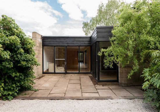 On the market: 1960s modernist property on the Cockaigne Housing Group development in Hatfield, Hertfordshire on http://www.wowhaus.co.uk