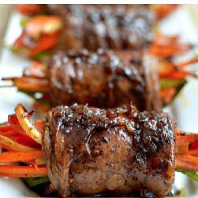 Enrollados de carne con glaseado de vinagre balsámico. Ingredientes: Para la carne: 8 o 10 tiras de bisteck de lomito de 5cm de ancho. 3 cucharadas de salsa inglesa. 1 cucharadita de aceite de oliva. Una pizca de pimienta. Vegetales para el relleno: 1 zanahoria en julianas. 1 pimentón en julianas. 1/2 calabacin. 1 cucharadita de hierbas italianas. Para la salsa: 1/4 taza de caldo de carne. 1/4 taza de vinagre balsámico. 2 cucharaditas de miel. 2 cucharaditas de cebolla moradas picadita…