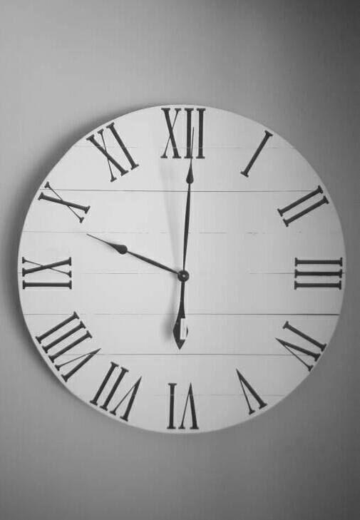 Cette horloge murale rustique grand a été déposée de nouveau bois de pin de 1 x 4. Elle a été peinte dans une remise - blanc avec chiffres romains noirs et un fini mat de protection a été ajoutée. Cette horloge particulière na aucun pénible, mais est disponible sur demande. Nous expédions partout dans les 48 États inférieurs pour 39 $ ou moins ! Si votre expédition est plus de 39 $, me message avant dextraire pour régler les frais dexpédition ou je peux rembourser lexcédent de lexpédition…