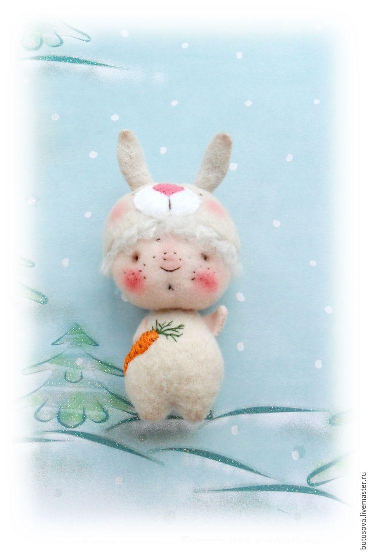 Купить ЗАЙЧИК. Малыш в карнавальном костюме. Миниатюрная кукла. БРОШЬ - бежевый, зайчик, заяц, кролик