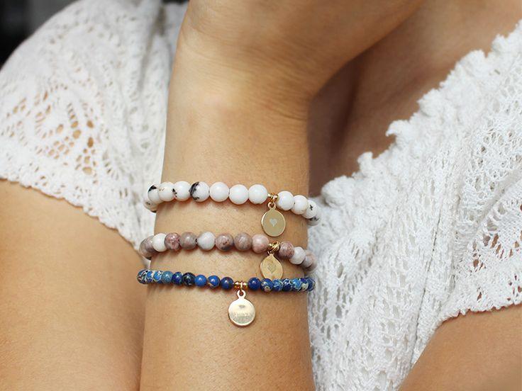 Gemstone Halbedelstein Armband mit Gravur-Plättchen. Es sind drei verschiedene Jasper Arten verfügbar: Blaue Aqua Jasper, Rosa Zebra Jasper, Dalmatiner Jasper #gemstones #gravur #gravurscheibe #jasper #jaspis #gravurschmuck #armband #gravurarmband