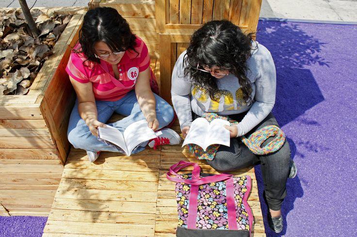 Jueves, 17 de Octubre 2013. Cientos de ciudadanos leen en los módulos de la XII Feria Internacional del Libro del Zócalo en la que participan 208 escritores y 350 sellos literarios distribuidos en 13 carpas ademas de 3 foros de actividades. Foto: Mayra Morales/Secretaria de Cultura