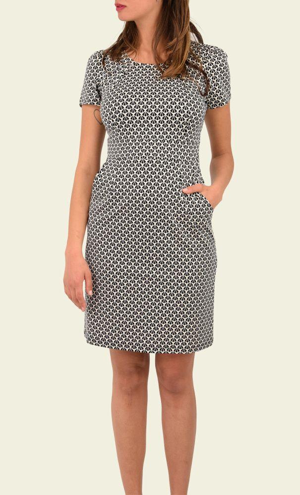 Een vrouwelijke jurk van een prettige jersey stretchstof. De jurk is aansluitend, accentueert het middel door de vaste tailleband en heeft twee steekzakken op de heupen. De ronde hals heeft twee plooien die op de borst doorlopen.