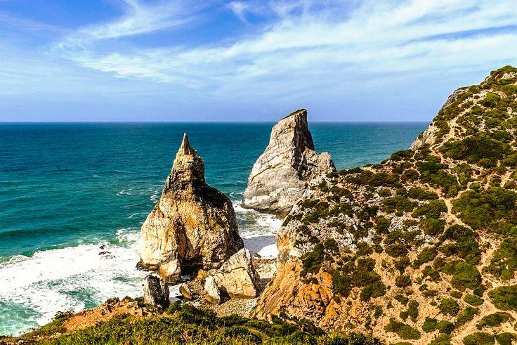 """Foto: Pedra da Ursa [Praia da Ursa] - Parque Natural de Sintra-Cascais (Portugal).  Enorme rochedo cuja morfologia recorda o animal esculpido por um gigante, dá também nome à pequena praia. Depois de passar a Azóia e seguindo em direcção ao Cabo da Roca, encontra-se a cerca de 2 km um desvio à direita que apenas diz """"Ursa"""". Esta pequena praia fica no final de uma estrada de terra, a cerca de 1 km. Existem dois enormes rochedos, chamando-se o que fica em primeiro plano de Pedra da Ursa e de…"""