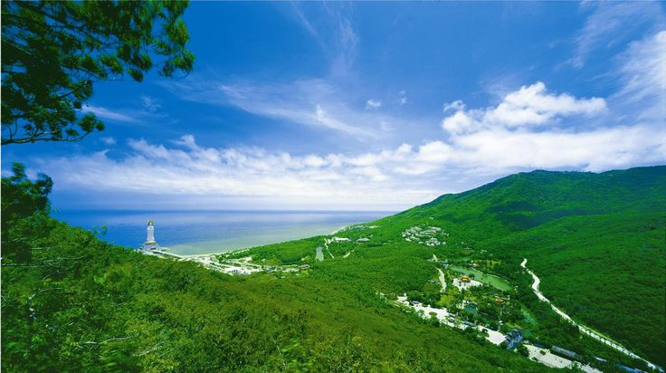 Take a trip to Sanya to become enchanted by the beauty of a landscape that can only be found in the islands.