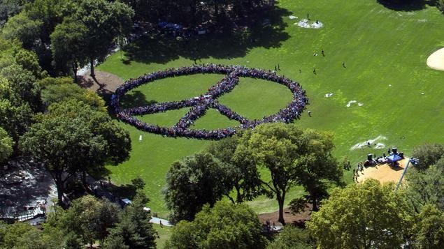 Ein Friedenssymbol im Central Park in New York am Dienstag, bestehend aus über 2000 Menschen. Anlass war der Geburtstag von John Lennon, der am Freitag 75 Jahre als geworden wäre. Yoko Ono hatte die Aktion gestartet, den Weltrekord allerdings verfehlt.