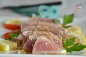 tagliata di tonno al profumo di zenzero, con semi di sesamo, un piatto fresco e delicato, in stile giapponese, con salsa di soia e zenzero fresco.