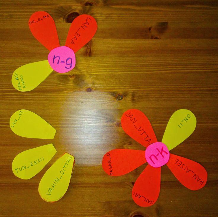 Äng-äänne: terälehdessä on sana, josta puuttuu k/g kirjaimet. Oppilaan pitää päätellä kumpaan kukkaan terälehti kuuluu.