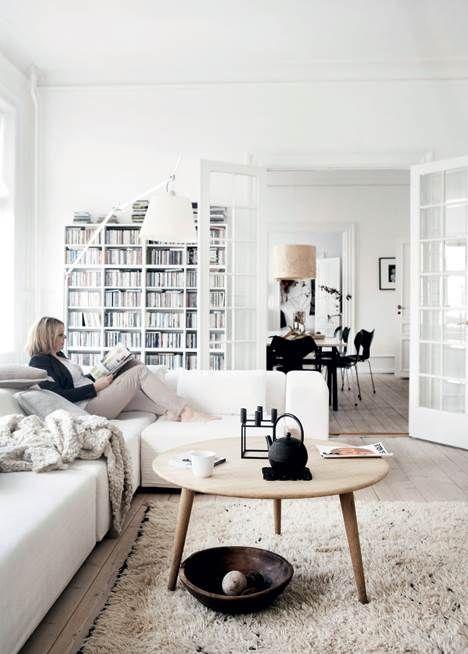 Der er lyst, højt til loftet og en fantastisk rumfornemmelse hjemme hos By Nord designer og indehaver, Hanne Berzant. Stilen er inspireret af den nordiske natur, og med få og nøje udvalgte farver og møbler er resultatet både enkelt og hyggeligt.