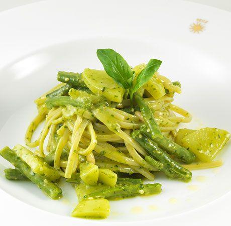 Linguine al pesto leggero di basilico con patate e fagiolini