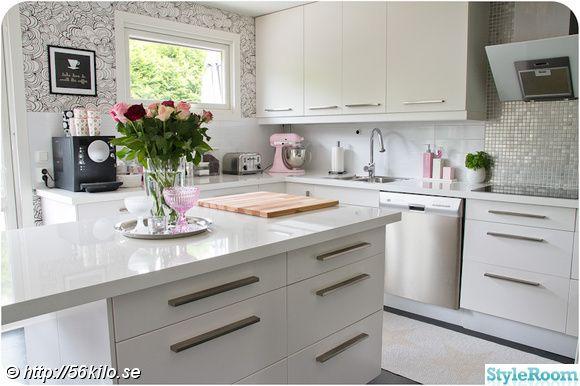 white glossy kitchen and kitchen island