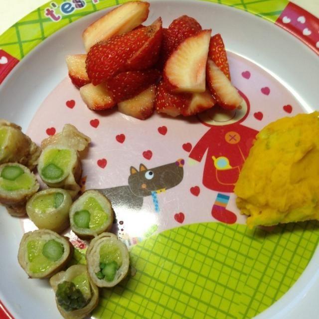 #娘の離乳食の記録 *アスパラとズッキーニの豚肉巻き*カボチャサラダ*イチゴ - 3件のもぐもぐ - 幼児食6d晩ご飯 by attyann