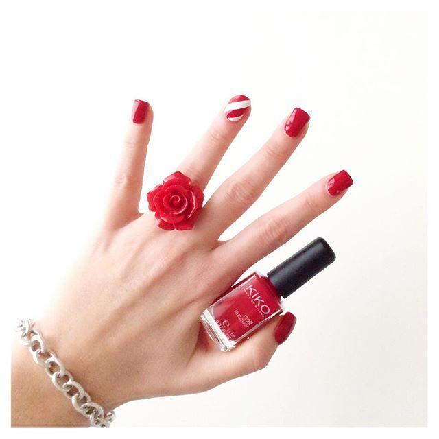 Adoro i bastoncini di zucchero! Per realizzare la Candy cane nail art ho utilizzato lo smalto kiko 240 e 203  #eglebreme #nail #nails #nailart #nailaddict #nailpolish #nailstagram #nailartaddict #unghie #manicure #smalto #smaltorosso #kikocosmeticsofficial #kiko #kikocosmetics #candycane #natale #instanails #instamamme #thewomoms #notonlymama #womoms #smaltodelgiorno #nailsoftheday #notd #christmas #christmasnails #christmasnailart