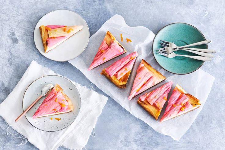 Romige cheesecake met frisse rabarber op een koekjesbodem met crunchy stukjes butterscotch. Driedubbel genieten! - Recept - Allerhande