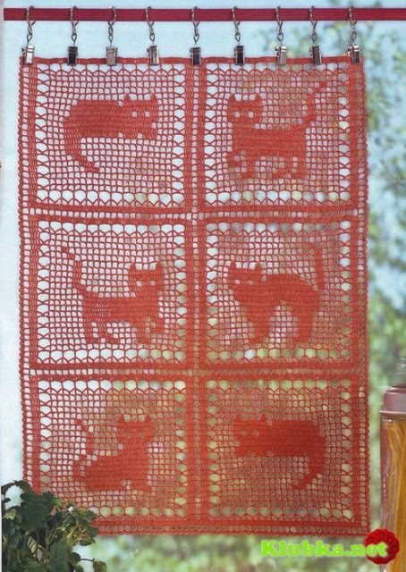 Decorative curtain in filet crochet, cats pattern.