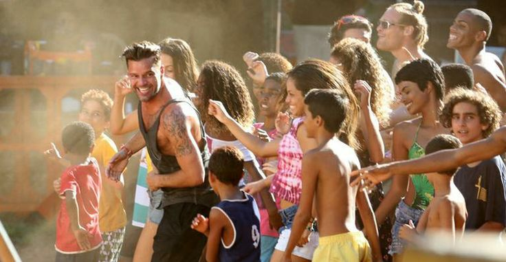 Ricky Martin dança 'Lepo Lepo' e se diverte em praia carioca