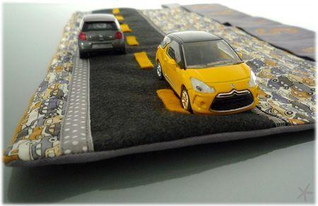 Un étui de voyage & tapis de jeu pour les petites voitures.