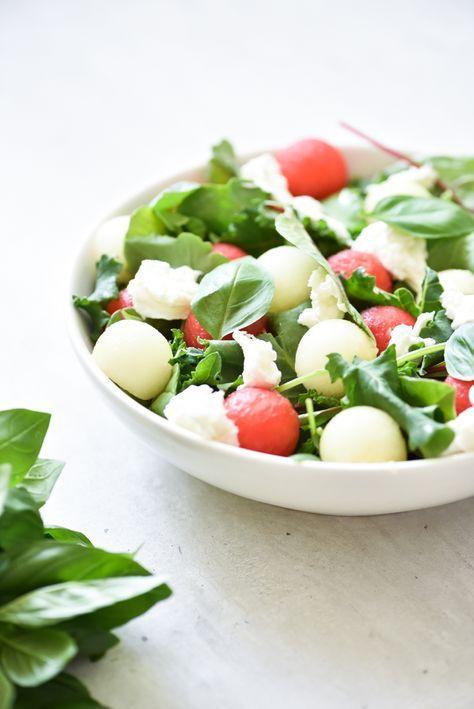 Proef de zomer met deze heerlijke meloensalade. Vers sappig fruit gecombineerd met zachte kaas en kruidige basilicum. Een salade die zeer geschikt is om mee te nemen naar je werk. Bewaar de meloen apart van de sla en de kaas. Op je werk door elkaar mengenen genieten maar. Watermeloenen zijn het lekkerst in de zomer....Lees verder