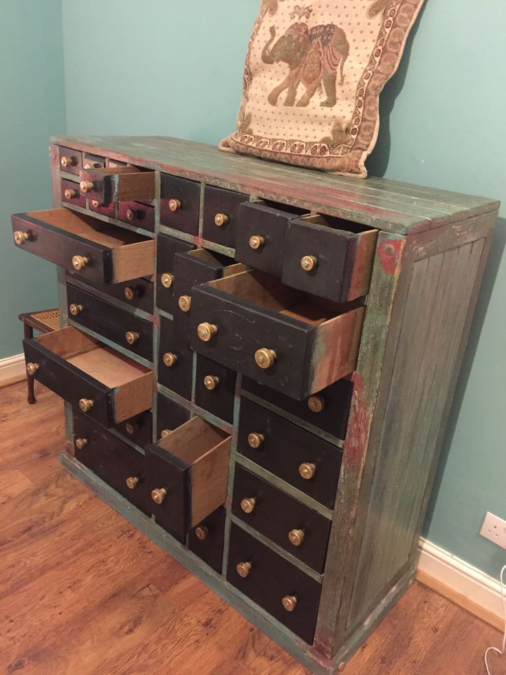Made out of scrap wood and pallets. The drawer knobs are a diced spade handle and chair spindles. Polished with car wax and boot polish for the drawers