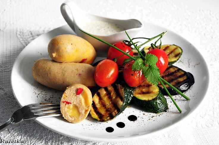 Куриные сардельки с паприкой и копчёным сыром, горчичным соусом и овощами-гриль.