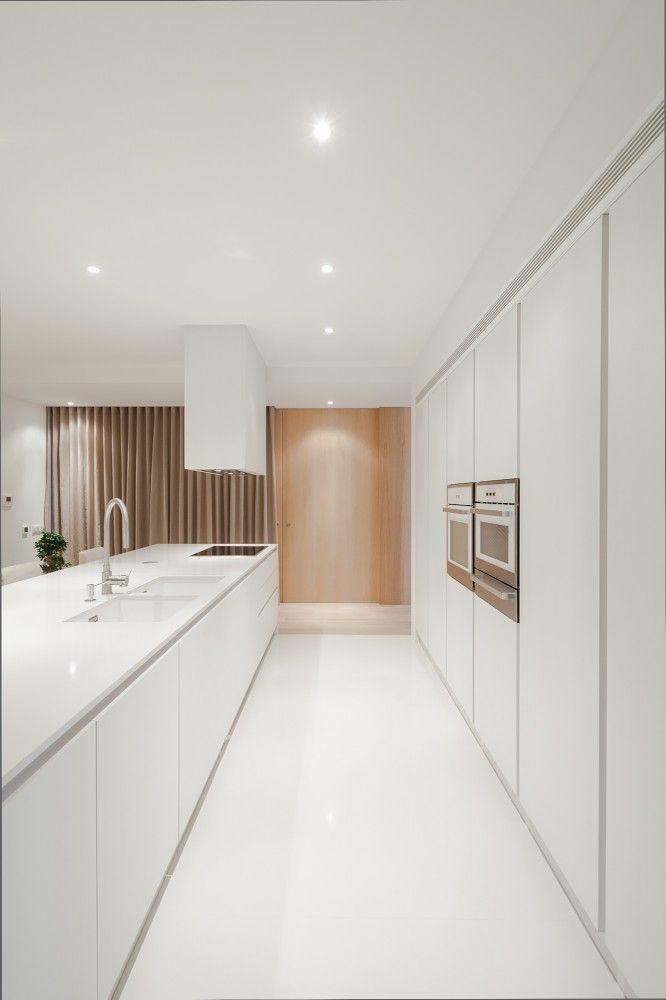 En la sencillez está el diseño. Cocina blanco con gola. Líneas rectas. Zona columnas con gola en vertical para facilitar la apertura.