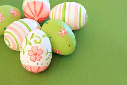 Easter egg decorating idea using a delicate pink and green color scheme. #easter