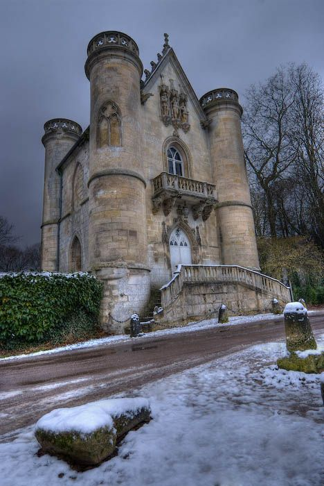 Chateau de la Reine Blanche dans l'Oise (France)                              …
