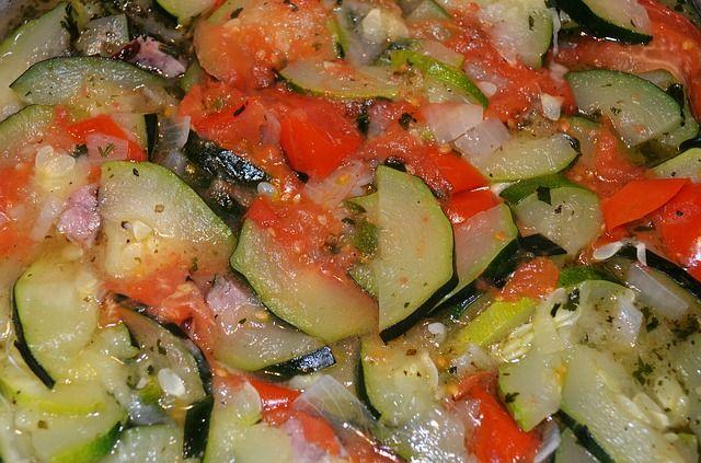 Sałatka z cukinii, cebuli, papryki i pomidora