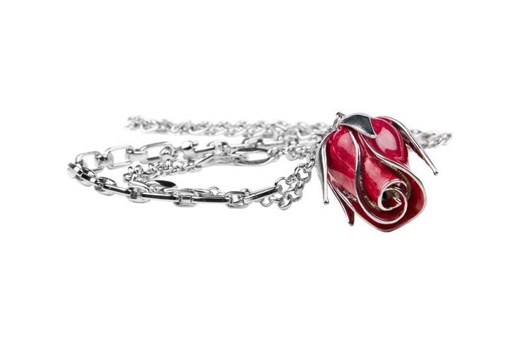 Rosen symboliserar kärlek, Med sin vackra blomma och vassa törnen- hjärta och smärta!  Rosen har genom alla tider haft stor betydelse som läkeväxt och symbol.!