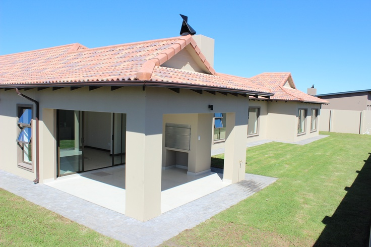 Bali style house 4 bedroom 3 bathrooms open plan for Open plan kitchen designs south africa
