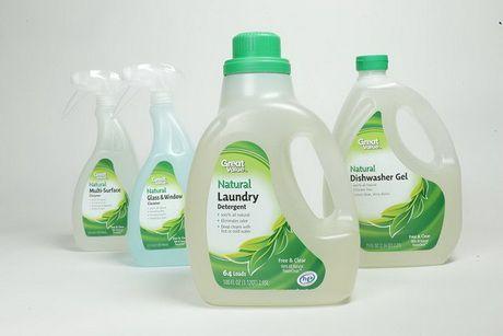 В упаковку из переработанных материалов разлиты натуральные чистящие средства